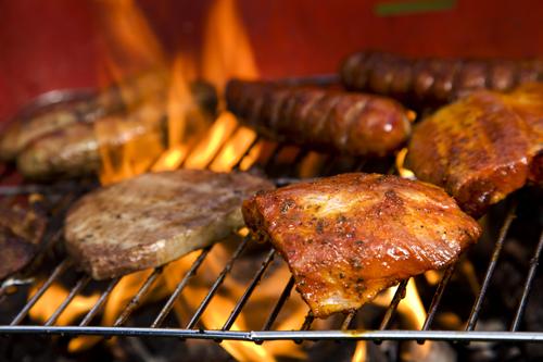 Fleisch auf dem Grill. Mit dem richtigem Thermometer kann daraus ein saftiger Gaumenschmaus werden